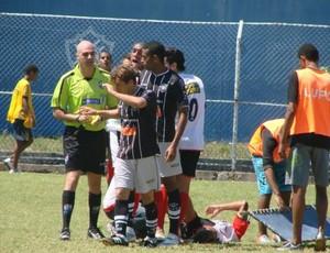 Discussão durante o clássico entre Serra x Rio Branco-ES (Foto: Igor Gonçalves/Globoesporte.com)