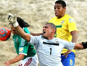 Mão na partida do Brasil contra o México no futebol de areia (Foto: Divulgação / FIFA.com)