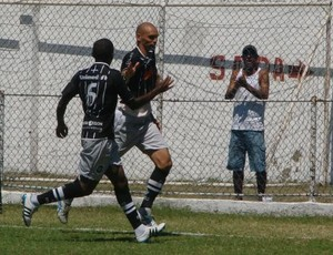 Leandro Souza e Emílio, do Rio Branco-ES, comemoram o gol  (Foto: Igor Gonçalves/Globoesporte.com)