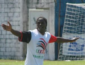 Magalhães, do Serra, comemora seu gol (Foto: Igor Gonçalves/Globoesporte.com)