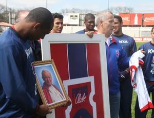 Flávio Boaventura com a foto de João Paulo II e Tadeu, torcedor do Paraná Clube (Foto: Gabriel Hamilko / Globoesporte.com)
