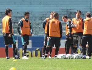 Roth conversa com jogadores do Grêmio (Foto: Eduardo Cecconi/Globoesporte.com)