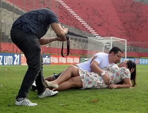 noivos fazem book de casamento no barradao (Foto: Raphael Carneiro/Globoesporte.com)