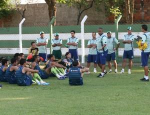 Antes do treino, Ademir Fonseca conversou bastante com os jogadores (Foto: Rosiron Rodrigues/Goiás E.C.)