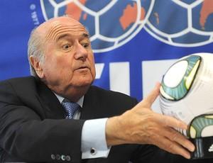 Blatter durante coletiva em Bratislava (Foto: AFP)