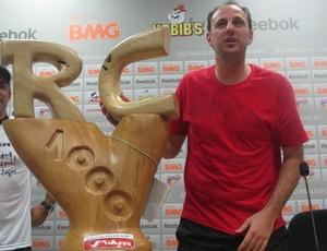 Rogério Ceni recebe escultura pelos 1.000 jogos (Foto: Marcelo Prado / Globoesporte.com)