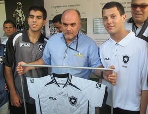 Botafogo - Maurício recebe um quadro dos esportes olímpicos (Foto: Fabio Leme/Globoesporte.com)