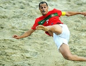 Madjer de Portugal contra Senegal no futebol de areia (Foto: Divulgação / FIFA.com)