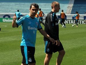 Douglas e Marquinhos, do Grêmio (Foto: Eduardo Cecconi/Globoesporte.com)