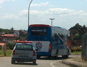 ônibus do bahia é escoltado pela PM (Foto: Reprodução/TV Bahia)