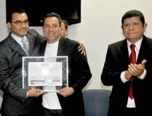 vanderlei luxemburgo, na companhia de políticos locais, recebe título de cidadão palmense (Foto: Divulgação)