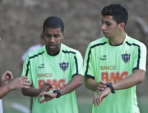 Meia Renan Oliveira e lateral-esquerdo Leandro, do Atlético-MG (Foto: Bruno Cantini / Site oficial do Atlético-MG)