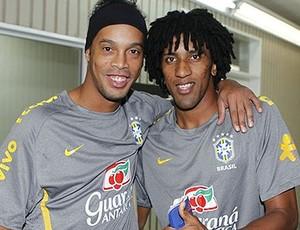 Ronaldinho e Cortês no treino da Seleção (Foto: Rafael Ribeiro / CBF)