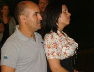 Pai do meia Lucas, do São Paulo, recebe o filho no aeroporto (Foto: Sergio Gandolphi/Globoesporte.com)
