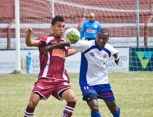 David, da Desportiva, e Leandro, do Capixaba, disputam a bola durante o jogo (Foto: Divulgação/Bruno Roas)
