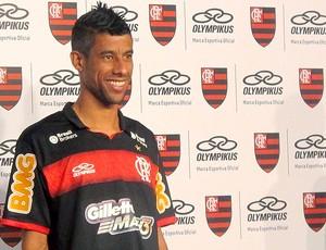 Léo Moura apresenta terceiro uniforme do Flamengo (Foto: Janir Junior / GLOBOESPORTE.COM)