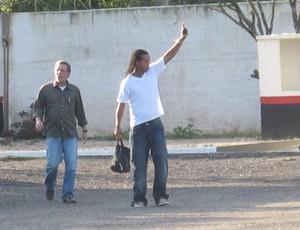 Ronaldinho deixa o treino do flamengo mancando (Foto: Janir Junior/Globoesporte.com)