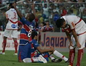 Jogadores do Fortaleza comemoram goleada contra CRB que garantiu permanência na Série C (Foto: Kiko Silva/Agência Diário)