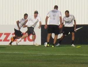 Adriano treina com bola no Corinthians (Foto: Carlos Augusto Ferrari / globoesporte.com)