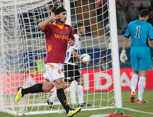 Osvaldo comemora gol do Roma contra o Siena (Foto: AP)