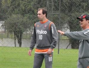 Lopes e Baier no treino (Foto: Divulgação/Atlético-PR)