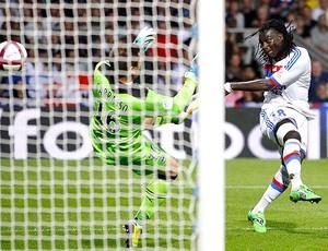 Bafetimbi Gomis marca gol do Lyon contra o Bordeaux (Foto: Reuters)