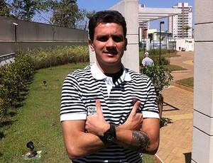 Fabio Santos, do Corinthians, curte dia de folga em casa (Foto: Leonardo Bianchi / TV Globo)