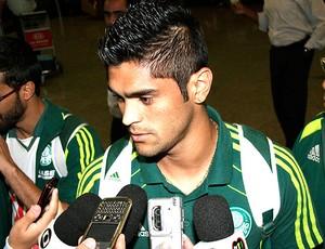 Luan no desembarque do Palmeiras (Foto: Ag. Estado)