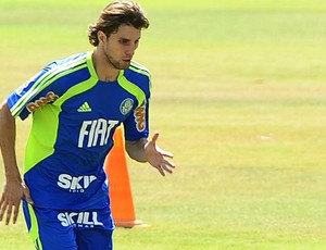 O zagueiro Henrique, em treino do Palmeiras (Foto: Marcos Ribolli / globoesporte.com)