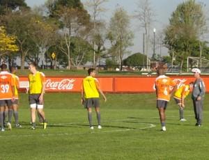 Antônio Lopes, do Atlético-PR, orienta jogadores em treino (Foto: Fernando Freire/Globoesporte.com)