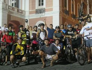 Ciclistas em frente ao Teatro Amazonas (Foto: Divulgação/Pedala Manaus)