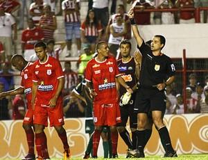 Marlon, zagueiro do Náutico, expulso contra o Icasa (Foto: André Nery / Agência Náutico)