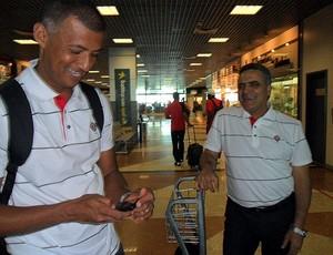 preparador físico do Vitória, Ednilson Sena, e o técnico Vagner Benazzi (Foto: Roque Mendes/Site Oficial)