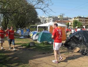 Fãs do Justin Bieber acampados nos arredores do Beira-Rio (Foto: Rafael Cavalieri/Globoesporte.com)
