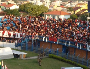 Torcida do Atlético-PR na Ressacada (Foto: Fernando Freire/GLOBOESPORTE.COM)