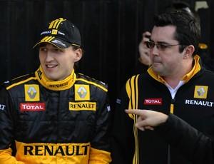 Eric Boullier e Kubica durante a temporada 2010 (Foto: AFP)