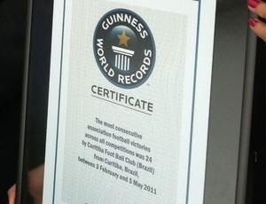 Certificado do Guinness Book Coritiba (Foto: Gabriel Hamilko / Globoesporte.com)