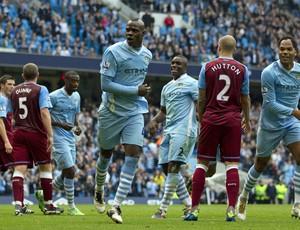 Balotelli comemora gol do Manchester City sobre o Aston Villa (Foto: AFP)