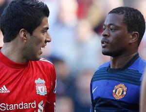 Luiz Suarez e Evra discutem, Liverpool x Manchester United (Foto: Reuters)
