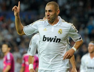 Benzema comemora gol do Real Madrid sobre o Lyon (Foto: AFP)