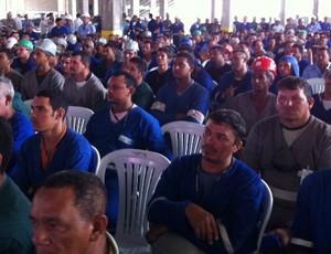 Trabalhadores da obra do Castelão acompanham anúncio da Fifa (Foto: Diego Morais/Globoesporte.com)