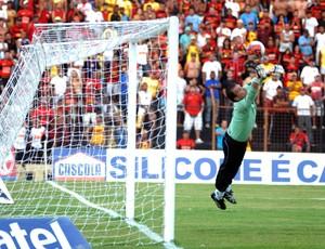 Iarley, goleiro do Goiás (Foto: Aldo Carneiro/GLOBOESPORTE.COM)