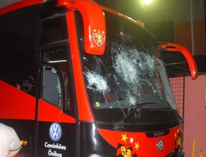 No tumulto, ônibus do Sport foi depredado (Foto: Aldo Carneiro/GLOBOESPORTE.COM)