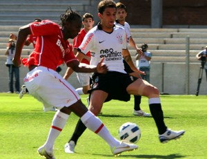 Andrezinho, do Inter, em disputa de bola com Fábio Santos, do Corinthians (Foto: Marcos Nagelstein/VIPCOMM)