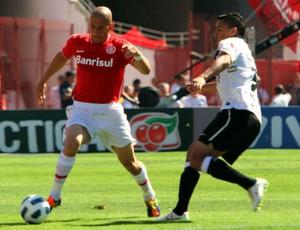 Nei, do Inter, disputa bola com Ralf, do Corinthians (Foto: Marcos Nagelstein/VIPCOMM)