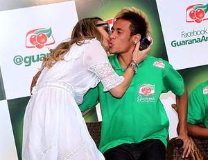 Neymar ganha beijo de Claudia Leitte durante evento (Foto: Photo Rio News / Agência O Globo)