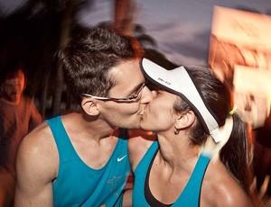 Beijo pra celebrar a chegada em Angra dos Reis (Foto: Divulgação/Nike)