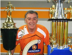 Paulo Mussalem exibe alguns troféus conquistados pelo Carlos Barbosa (Foto: Divulgação)
