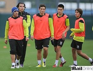 Tevez treinando com garotos do Manchester City (Foto: Reprodução / Daily Mail)