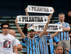 Faixa torcida do grêmio proteta contra Ronaldinho gaúcho (Foto: Alexandre Alliatti / Globoesporte.com)